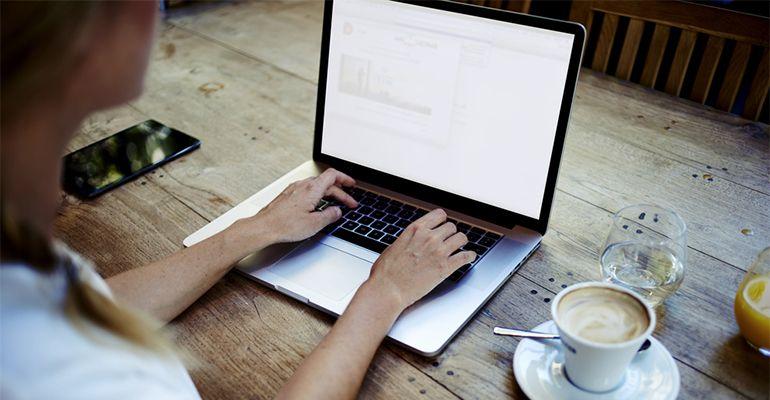 Femme freelance travaillant sur un ordinateur portable
