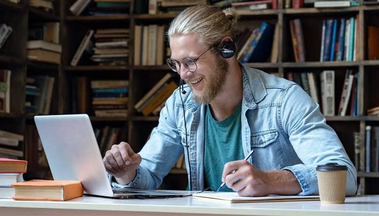 Homme faisant du e-learning