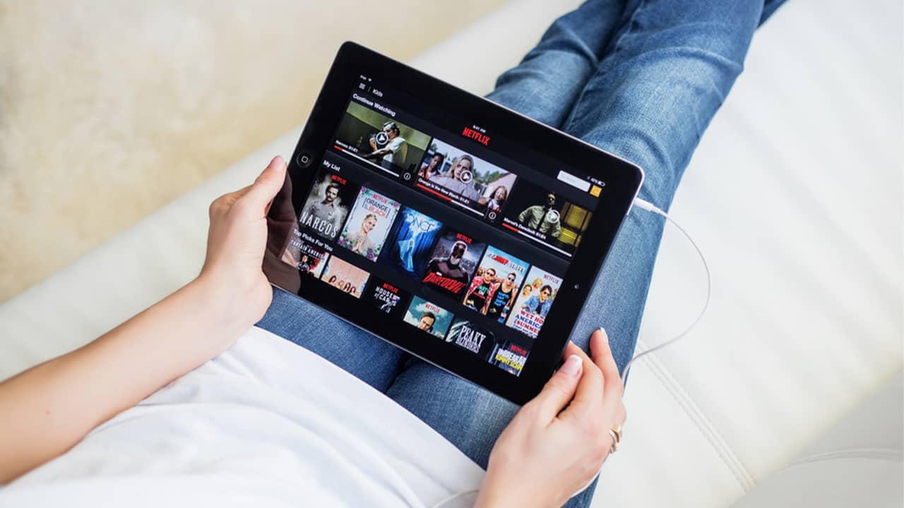 Une femme qui regarde Netflix sur une tablette