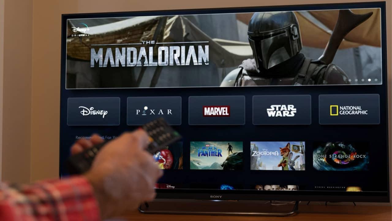 Un homme qui regarde Disney+ sur une TV