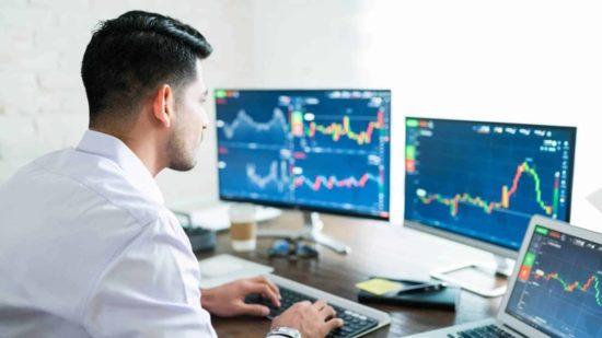 Un homme en train de faire du trading