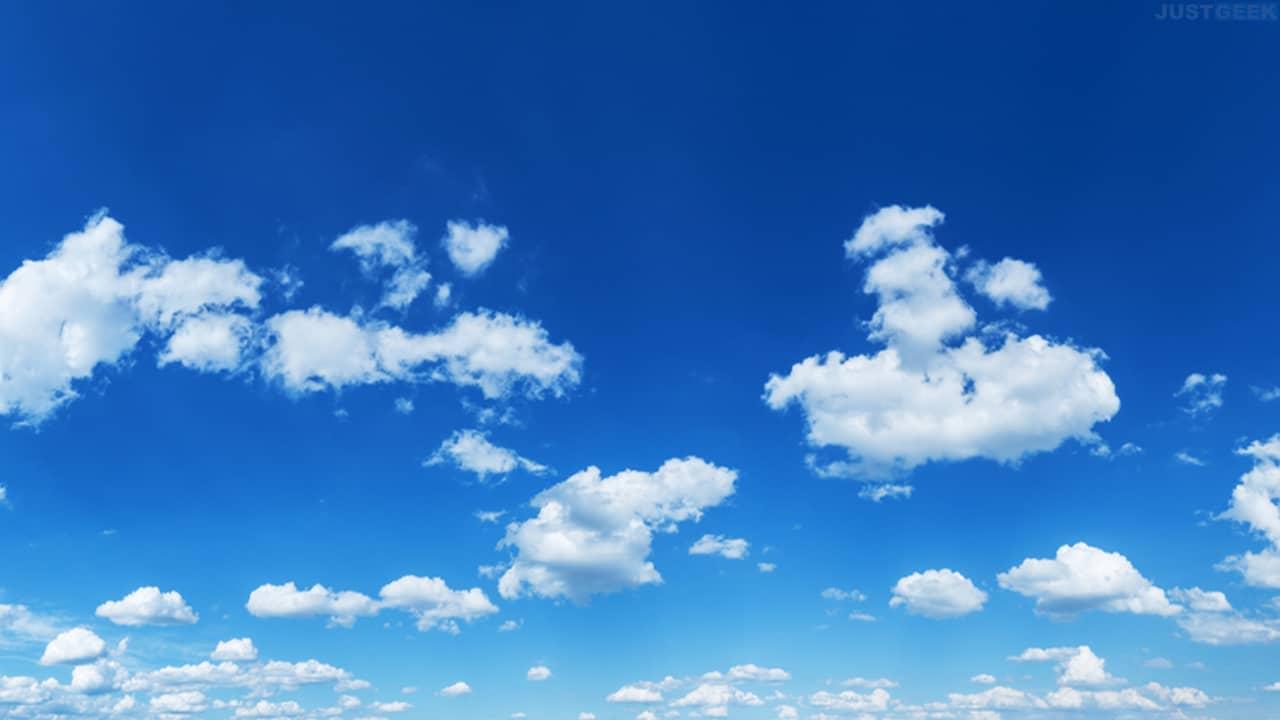 Ciel bleu avec nuages blancs