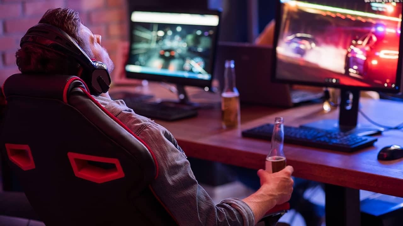 Joueur PC dans une chaise gaming